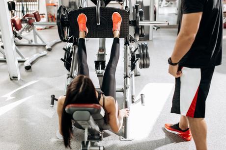 Il s'agit de mettre l'accent sur des exercices de résistance typiques (par exemple, sur le dos, soulever un poids en poussant avec les jambes) mais avec l'intention de faire l'exercice le plus rapidement possible.
