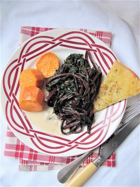 Patate douce & fanes de betteraves, sauce crémeuse au Comté