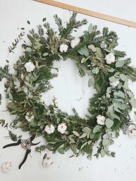 couronne de noël eucalyptus touffue sapin fleurs de coton préparation - blog déco - clem around the corner