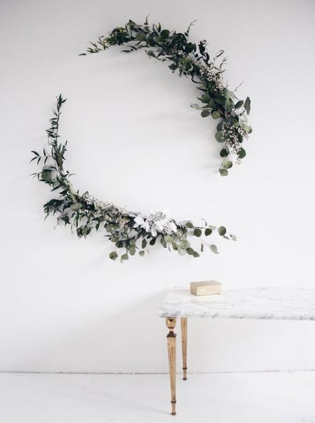 couronne de noël eucalyptus demi lune branches fleurs blanches - blog déco - clem around the corner
