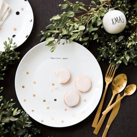 assiette à pois couvert laiton table gris foncé déco végétale