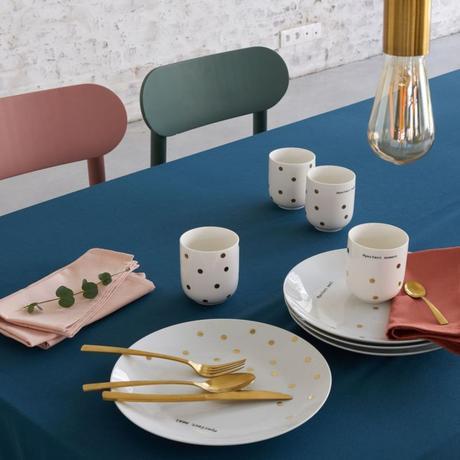 table colorée vert bleu rose suspension laiton vaisselle dorée