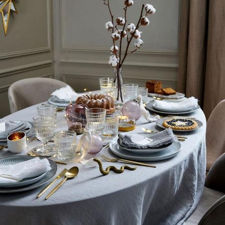 déco table doux cosy bleu pastel couverts laiton