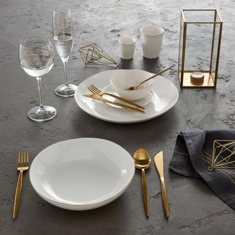 table béton accessoires dorés décoration géométrique