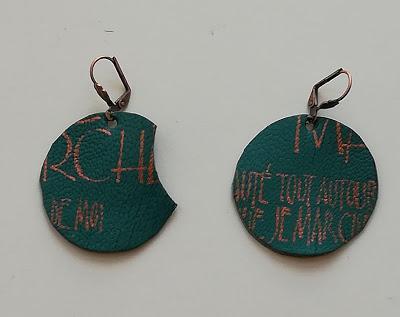 Boucles d'oreilles en cuir calligraphié