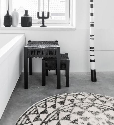 blog déco salle de bain blanche et noir tapis rond ethnique