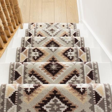 clemaroundthecorner déco escalier bois tapis marron ethnique maison
