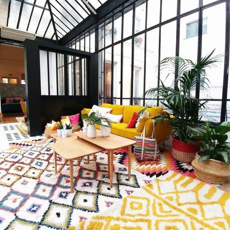 tapis géométrique salon appartement parisien canapé jaune cloison métallique noir blog déco