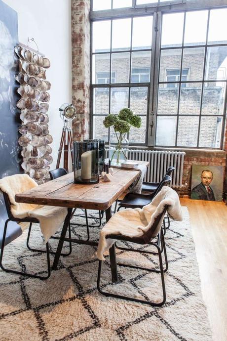 loft londonien industriel tapis berbère noir et blanc table métal noir bois clemaroundthecorner
