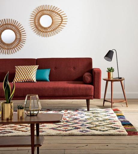 clemaroundthecorner salon ethnique canapé rouge miroir rond rotin vase laiton style boho chic