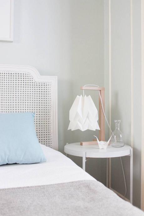 blog déco lampe origami blanc chambre épurée lit cannage
