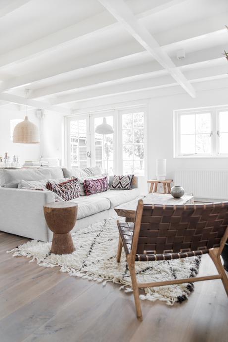 salon blanc épuré fauteuil tressé marron cuir tabouret bois tendance déco scandicraft clemaroundthecorner