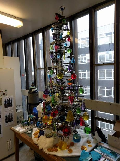Des employés décorent leurs lieux de travail avec des sapins originaux