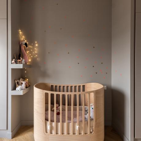 déco bohème chic chambre enfant lit barreaux bois rangement gris guirlande lumineuse beige scandinave berceau lit barreau bois massif