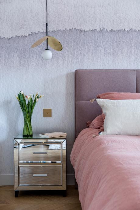 chambre parent meuble de chevet effet miroir lit rose papier peint aquarelle tie and dye bleu linge de lit housse couette rose poudré lin
