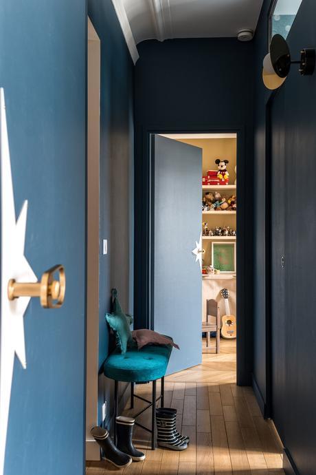 couloir bleu foncé peinture porte étoile banquette velours parquet bois botte caoutchouc - blog clem around the corner