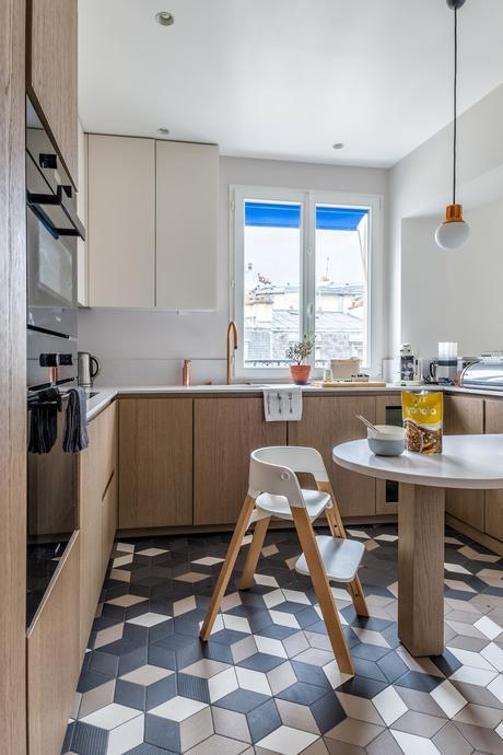 cuisine mobilier bois chaise haute scandinave design blanche bois enfant sol géométrique