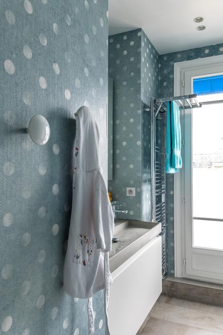 décoration bleue papier peint pois chic salle de bain enfant bleu à pois blanc - blog déco - clem around the corner