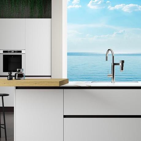 cuisine vue mer ouverte blanche marbre robinet filtrant - blog décoration intérieure - clemaroundthecorner