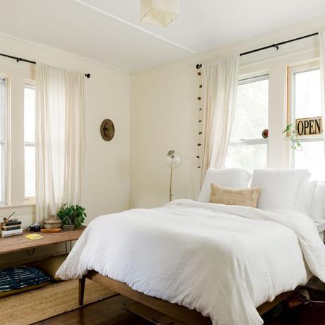 chambre blanche tapis fibre naturelle banquette déco voyage