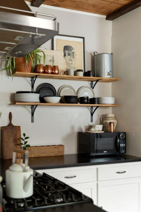 cuisine moderne blanche noire étagère bois déco voyage