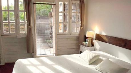 Chambre dans la location à Piton Saint Leu. Vue sur la mer depuis le lit
