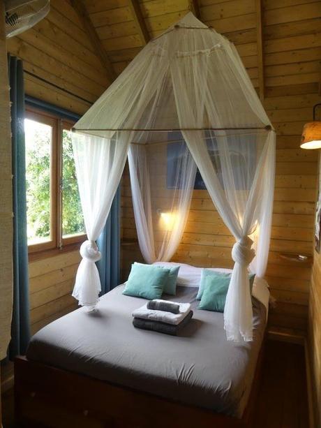Chambre dans la cabane à louer à la Réunion. Très belle vue depuis la cabane sur la cascade Niagara.