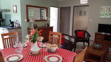 Jolie salle à manger dans la location de gîte à Sainte Suzanne, dans un lieux calme au bord de la cascade Niagara.