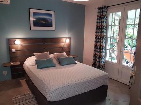 Chambre bien décorée à louer pour les vacances à Sainte Suzanne sur l'île de la Réunion.