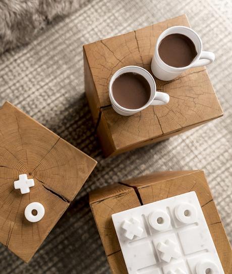 petit chalet vintage table bois tasse chocolat jeu morpion marbre blog déco clem around the corner