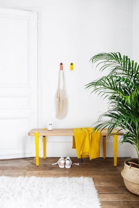astuces pour ranger les chaussures banc simple jaune bois - blog déco - clem around the corner
