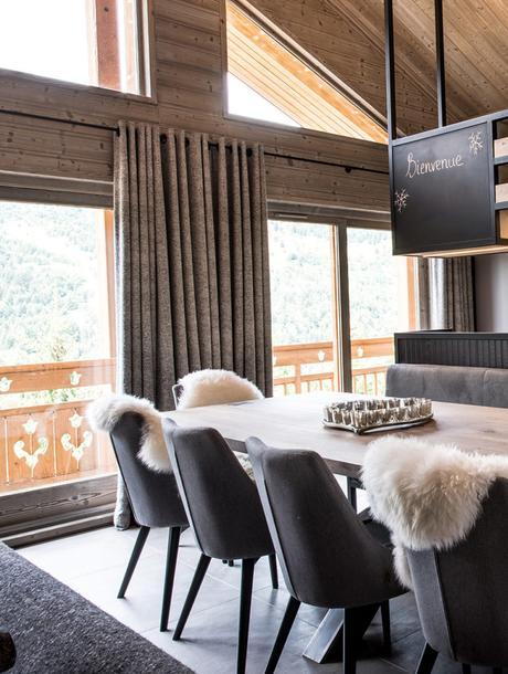 chalet familial salle à manger table en bois brut plaid fourrure blanche