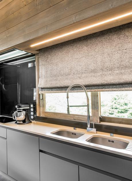 cuisine moderne style indus étagère métallique noire néon lumineux jaune