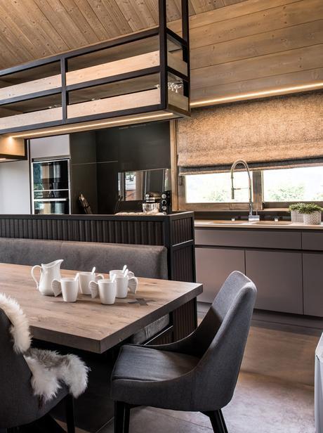 chalet familial salle à manger table en bois brut étagère noir métallique