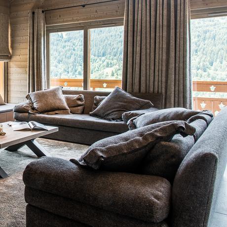 chalet familial salon canapé gris blog déco clematc