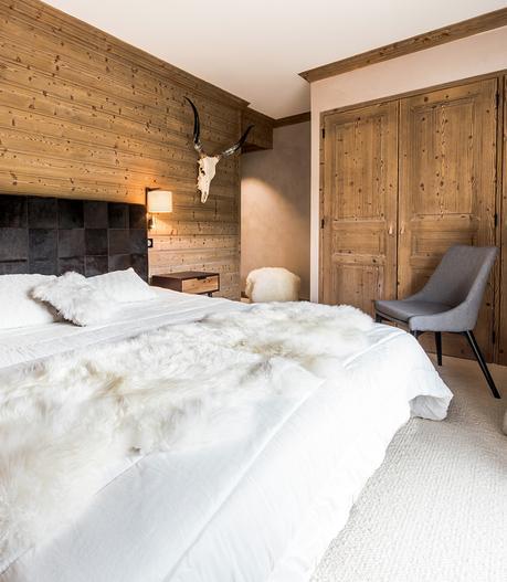chambre lit double chalet cosy mur bois plaid fourrure blanche