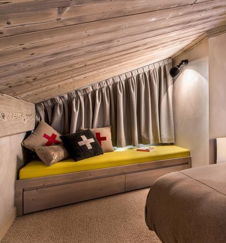chambre d'ami gris jaune aménagement sous plafond chalet familial