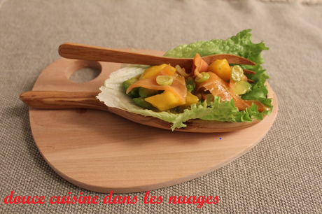 Salade avocat, fruit de passion, mangue et saumon fumé