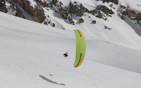 Skier en faisant du parapente, c'est possible
