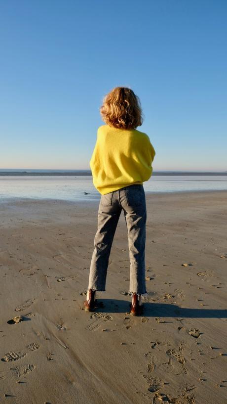 Seule sur le sable, les yeux dans l'eau
