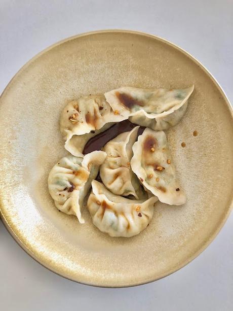 Jiaozi (gyoza) aux ciboulettes chinoises (recette végétarienne) 韭菜素水饺