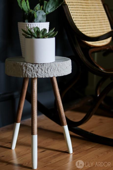 tabouret en béton diy salon élégant sombre fauteuil bascule cannage - blog déco - clem around the corner