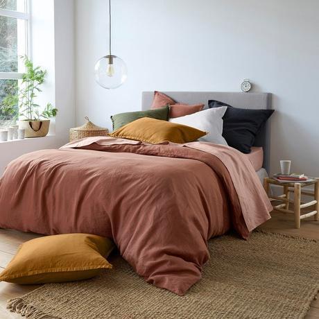 chambre lit lin drap housse de couette déco terracotta couleur jaune moutarde cosy ocre