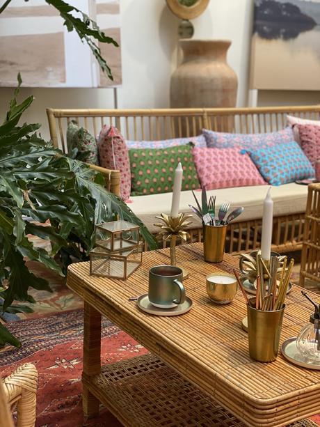 salon extérieur tendance couverts dorés table basse coussin - blog déco - clemaroundthecorner