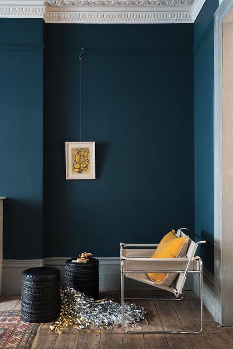 appartement style parisien moulures plafond parquet bois lame bleu jaune moutarde