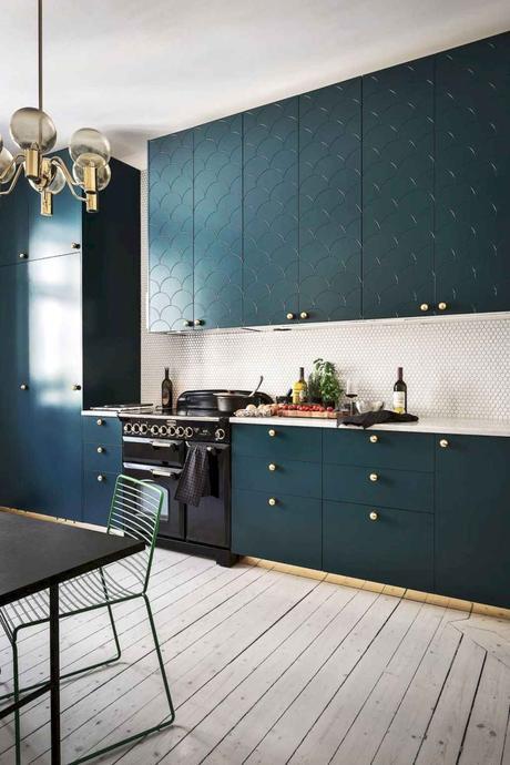 cuisine tendance bleu meuble résine parquet lamé lampe laiton