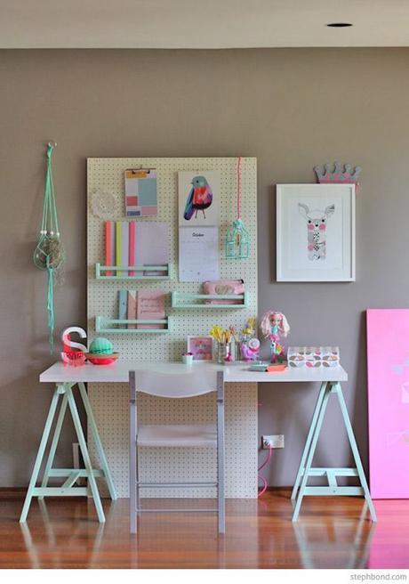 étagère Ikea bois bureau chambre enfant turquoise rose violet parquet jouet - blog déco - clem around the corner