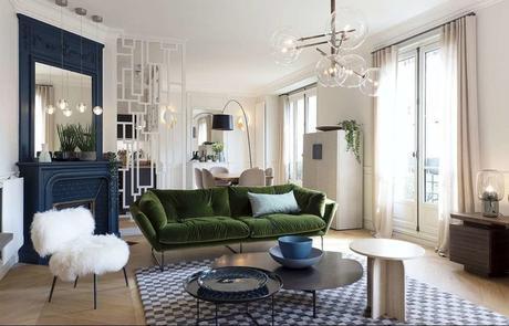 appartement décoration chic cheminée bleu repeinte fauteuil blanc moumoute fausse fourrure tapis damier canapé vert