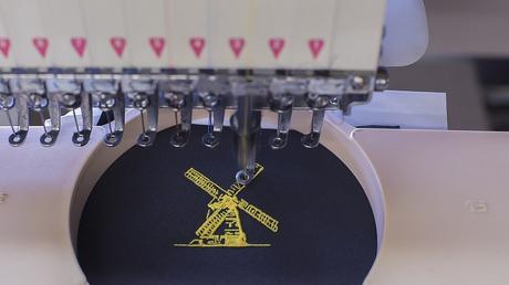 La machine à broder une excellente machine pour effectuer la broderie