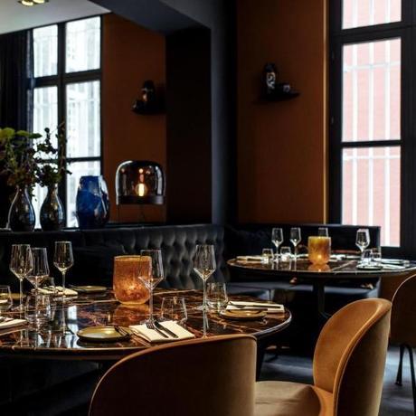 blog déco salon restaurant banquette noir lampe ampoule verre souffle